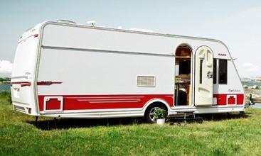 Het huis uit met een caravan